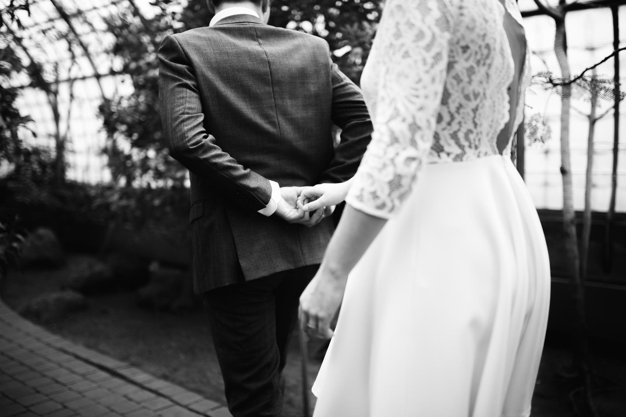 Couple marié dans les serres d'auteuil à Paris