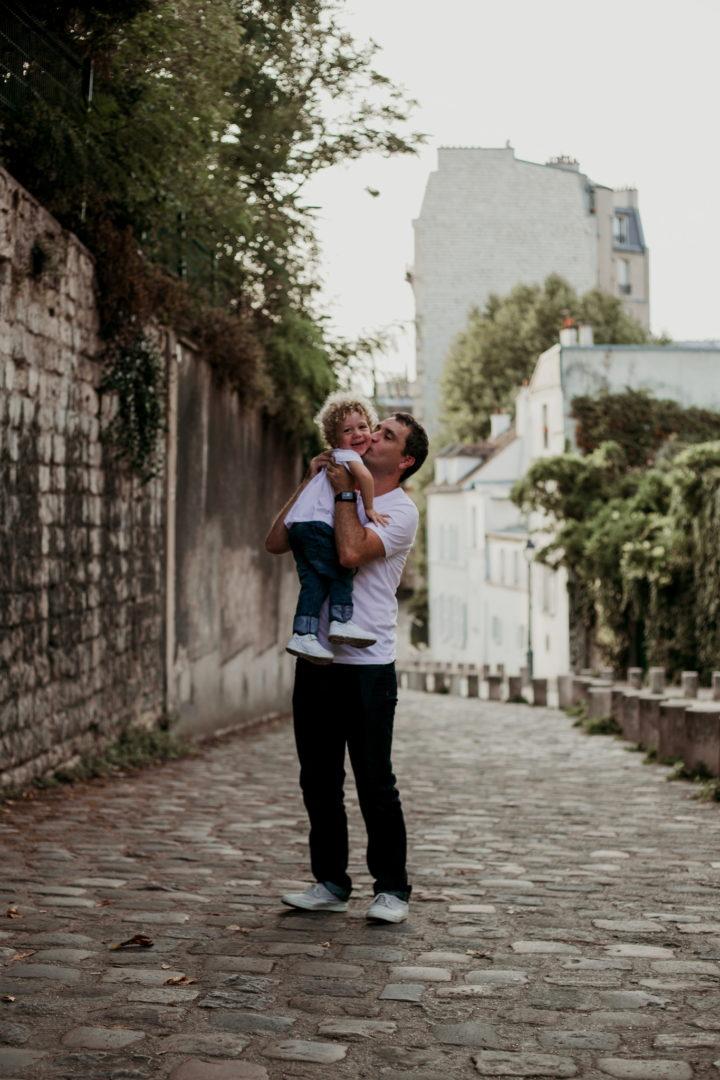 Rudy fait un bisous à Charly à Montmartre