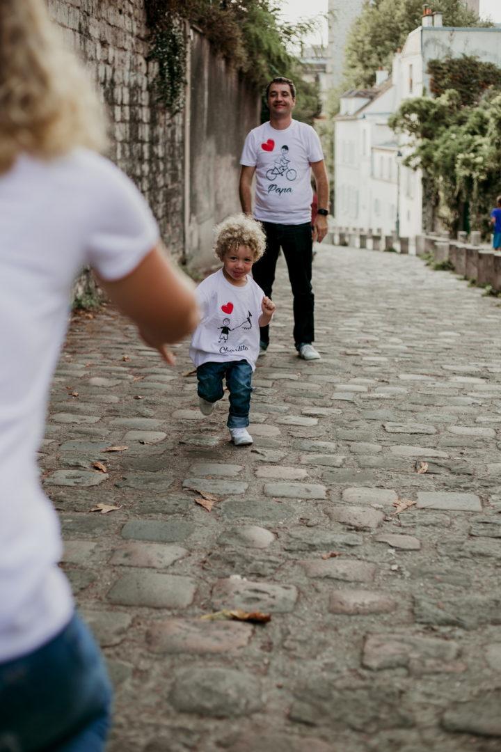 Charly court vers sa maman à Montmartre