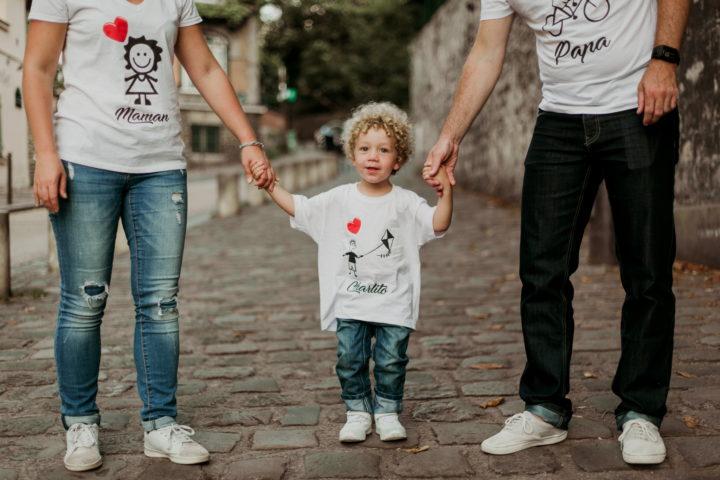 Main dans la main en famille à Montmartre