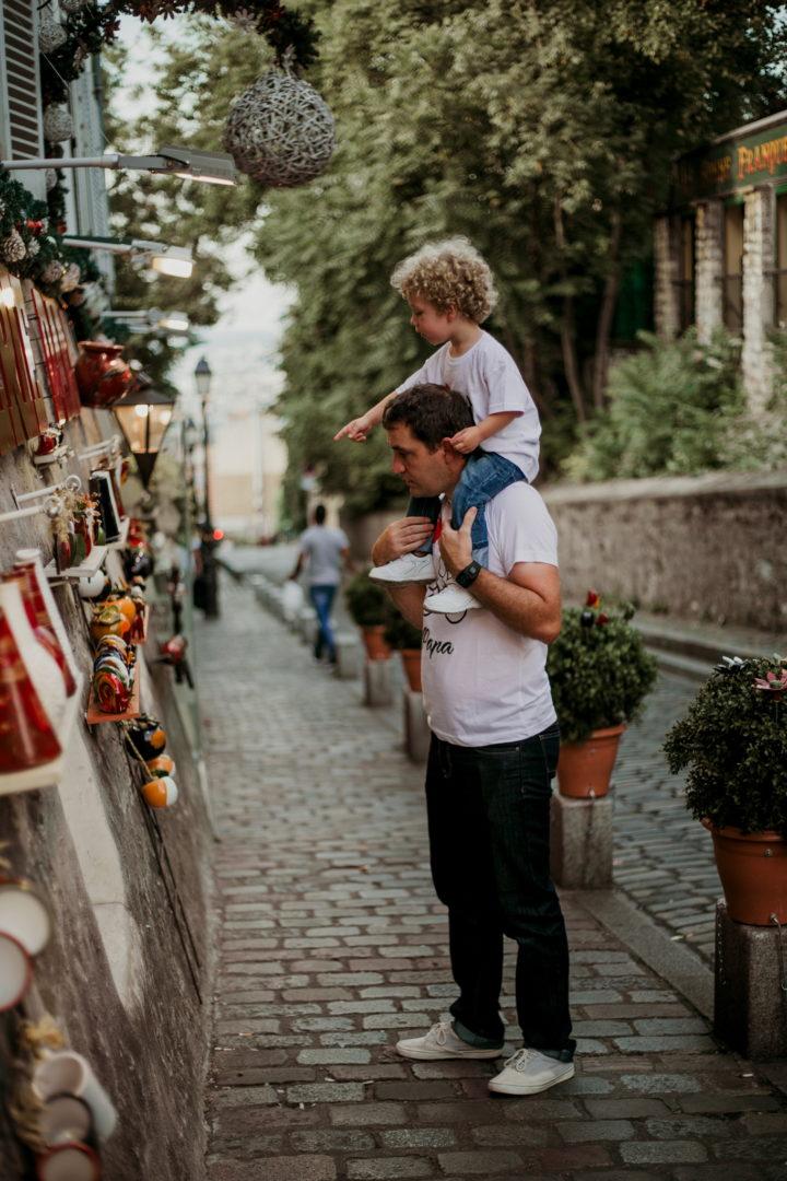 Rudy et Charly devant une devanture de souvenir à Montmartre