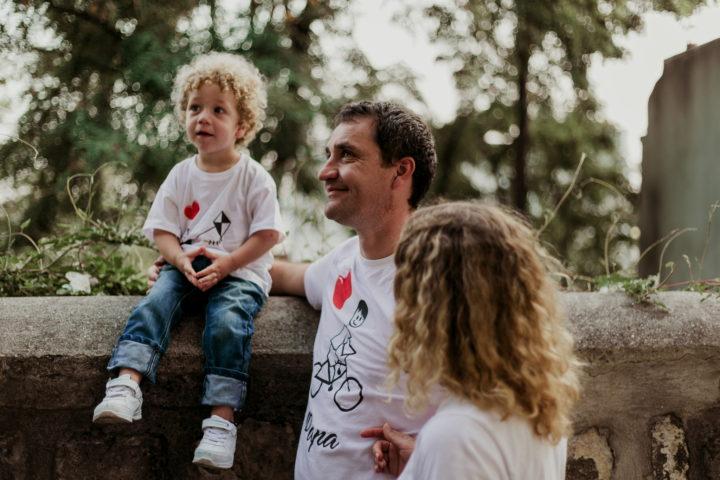 Famille observant un jongleur à Montmartre