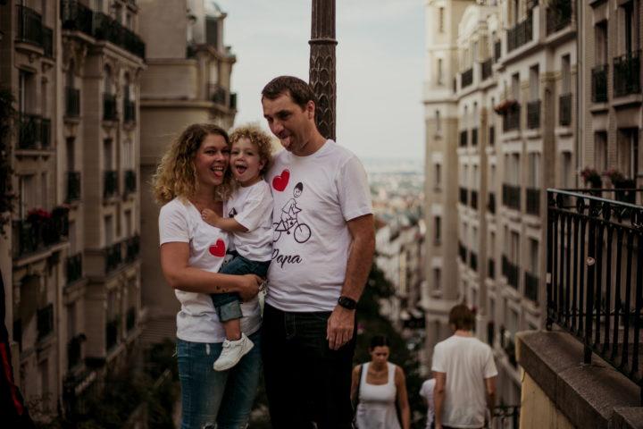Famille en haut des escaliers de Montmartre