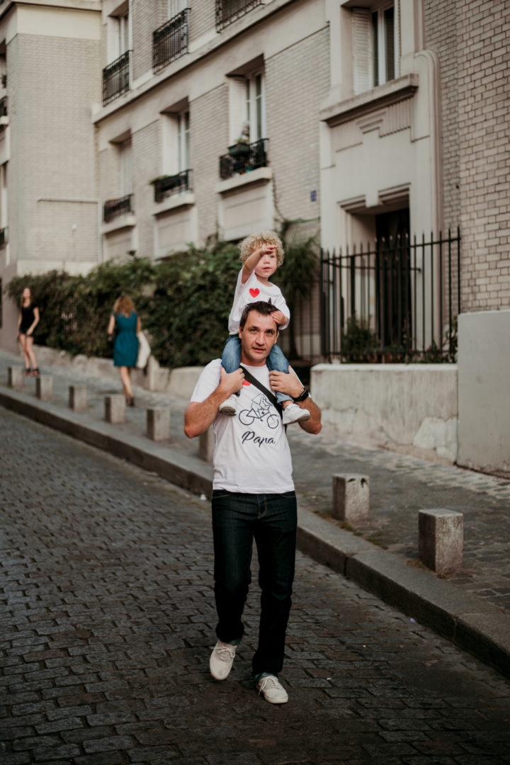 Rudy porte Charly en se baladant à Montmartre