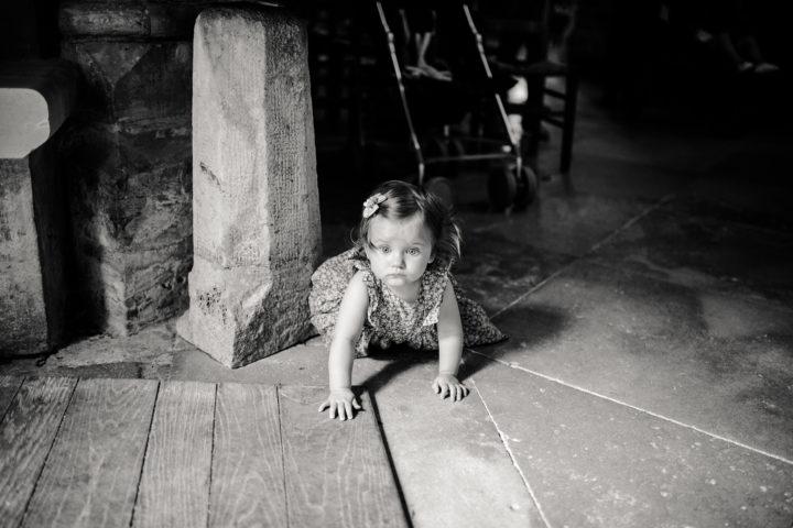 Petite fille durant la cérémonie religieuse de l'église de Clamecy