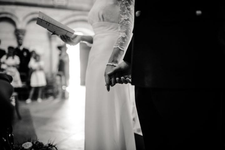 Les mariés main dans la main lors de la cérémonie religieuse