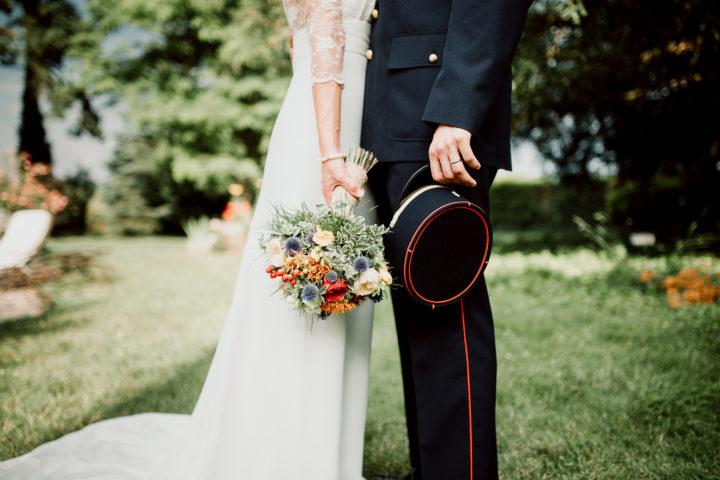 Photo des mariés dans la roseraie du Domaine du Bouloy
