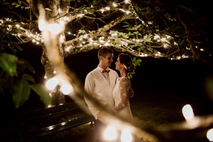 Photo des mariés sous les lanternes au Domaine du Bouloy