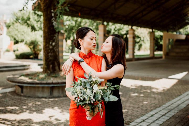 La mariée et sa meilleure amie sur le parvis de la mairie de Les mariés vers la Mairie de Metz-Tessy
