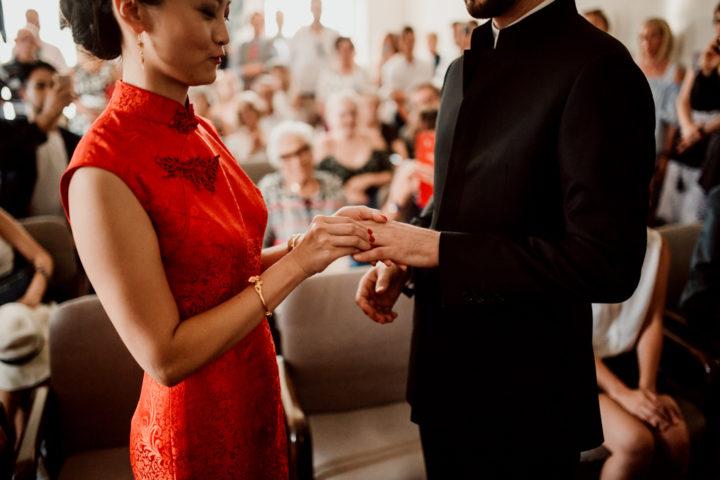 Echange des alliances lors de la cérémonie civile de la mairie de Metz-Tessy