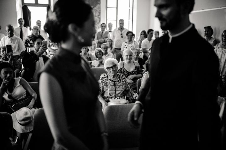 Grand-mère regardant son petit fils lors de la cérémonie civile de la mairie de Metz-Tessy