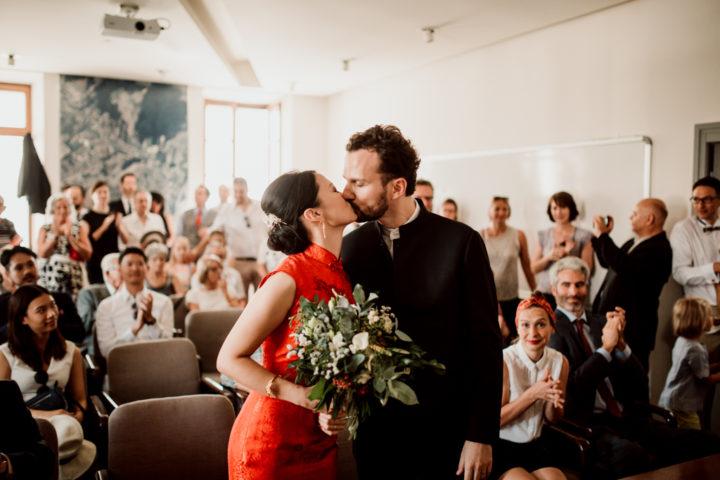 Bisou des mariés lors de la cérémonie civile de la mairie de Metz-Tessy