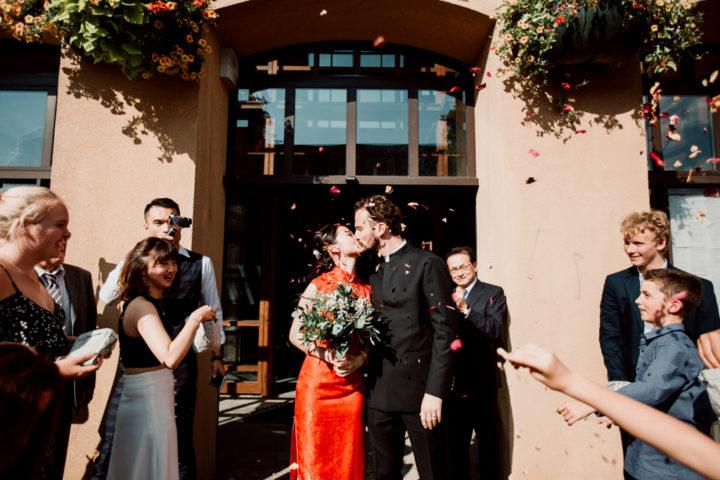 Sortie des mariés lors de la cérémonie civile de la mairie de Metz-Tessy