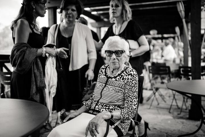 Grand-mère du marié lors du vin d'honneur de l'Hotel Les Tresoms