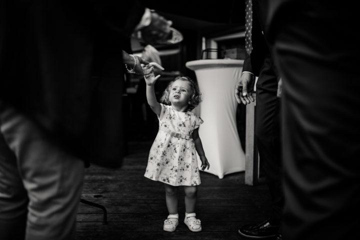 Petite fille avec son papa lors du vin d'honneur à l'Hotel Les Tresoms