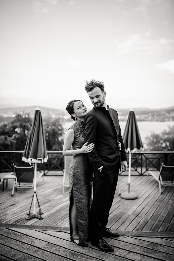 Photo du couple de marié sur la terrasse de l'Hotel Les Tresoms