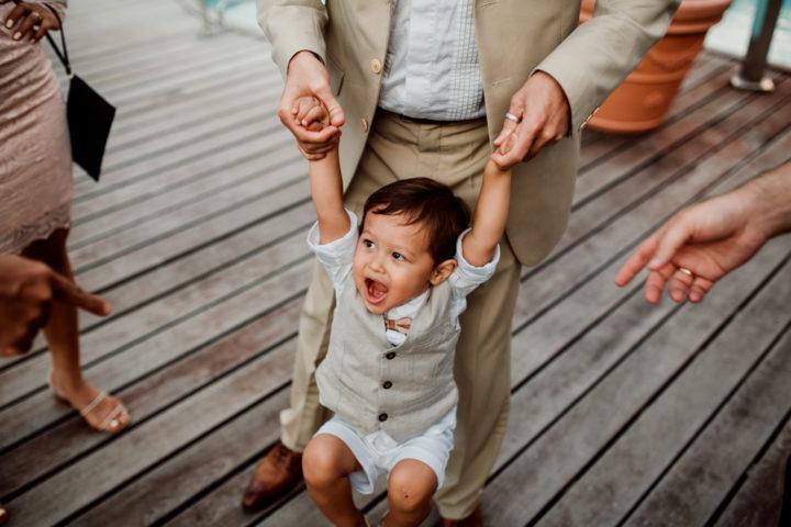 Petit garçon avec son papa lors du vin d'honneur à l'Hotel Les Tresoms