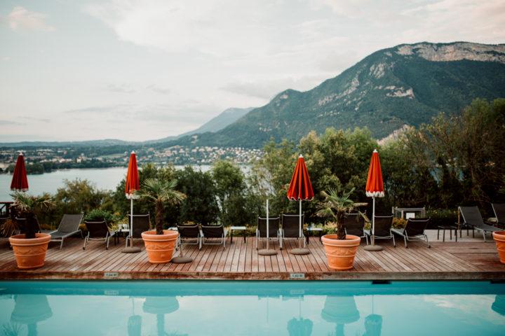 Vue sur le lac d'Annecy depuis la terrasse de l'Hotel Les Tresoms
