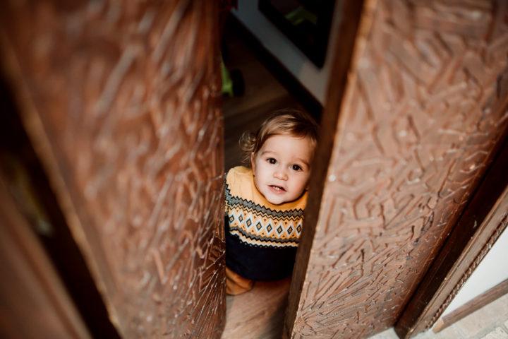 Léon jouant avec la porte lors d'un shooting lifestyle à domicile