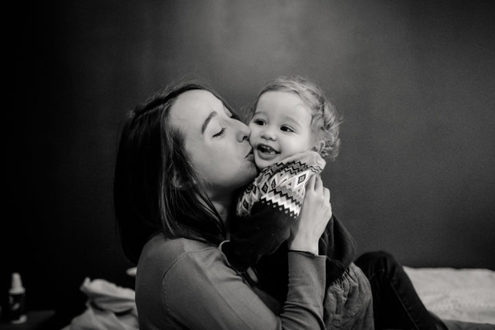 Jeanne embrasse son fils Léon