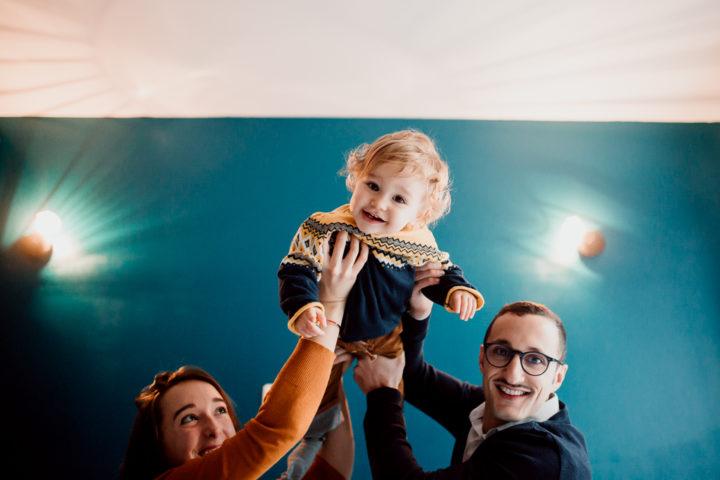 Léon fait l'avion aidé de ses parents