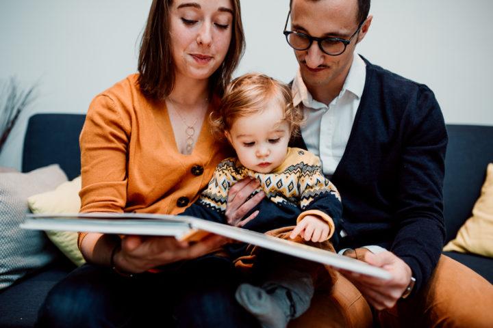 Moment lecture en famille dans le salon