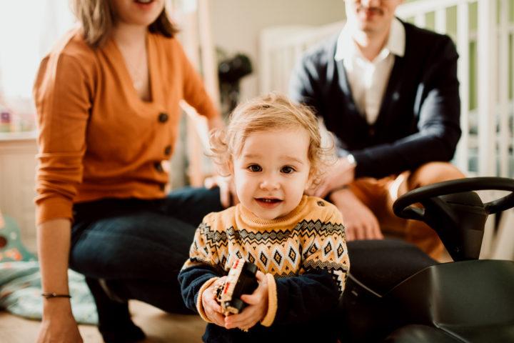Léon et ses parents en train de jouer dans sa chambre