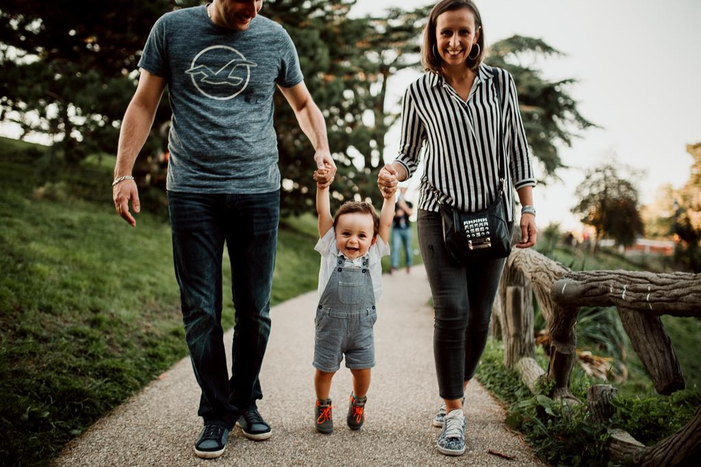 Balade aux Buttes-Chaumont lors d'un shooting lifestyle en famille
