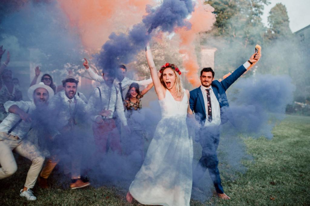 Photo de groupe avec fumigenes durant le mariage de Marie et Mathias au chateau de Poudenas - Soufigraphe
