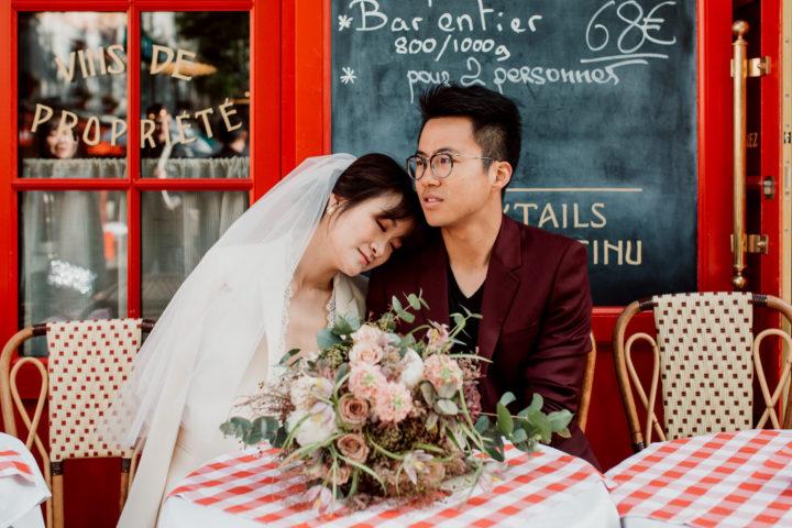 Couple assis à une table de restaurant La Mère Catherine à Montmartre.