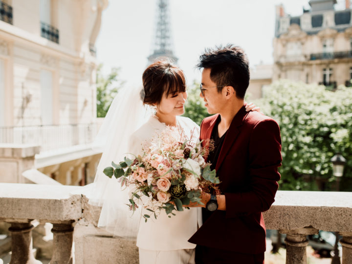 Couple lors d'une séance d'engagement devant la Tour Eiffel à Paris