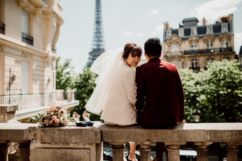 Couple regardant la Tour Eiffel lors d'une séance d'engagement à Paris.