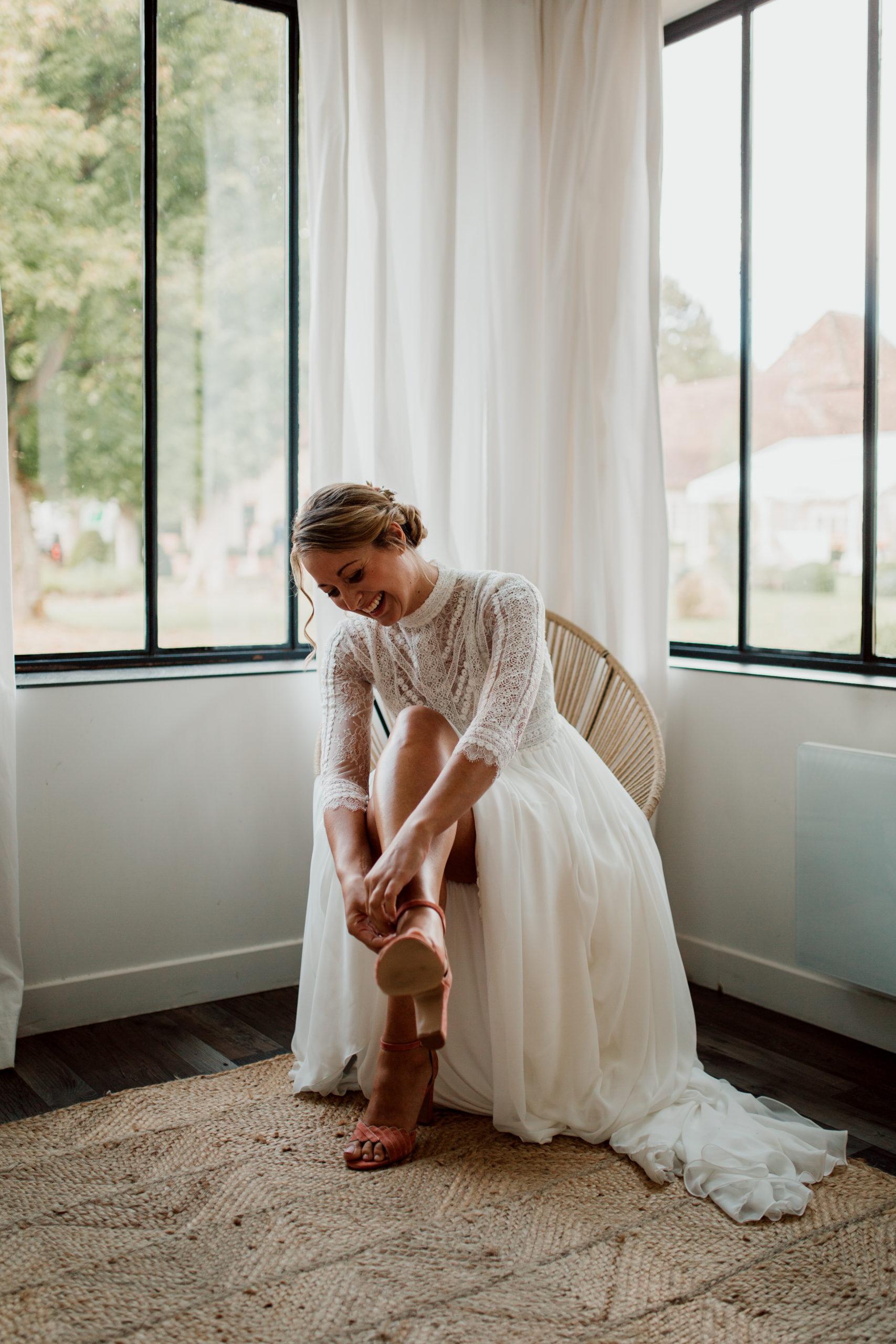 Océane mettant ses chaussures de mariages à la Dime de Giverny
