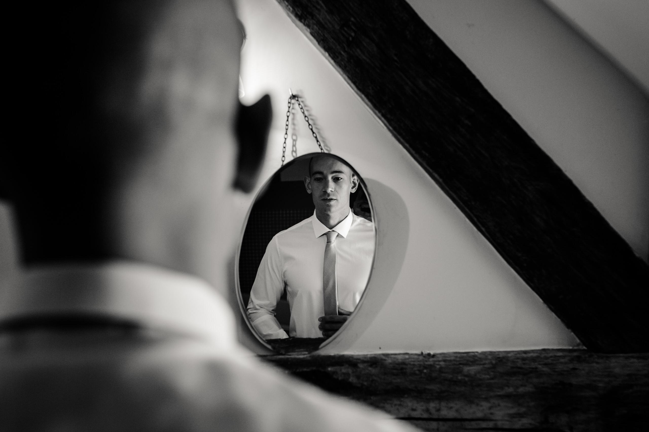 Futur marié devant le miroir durant les préparatifs à la Dime de Giverny