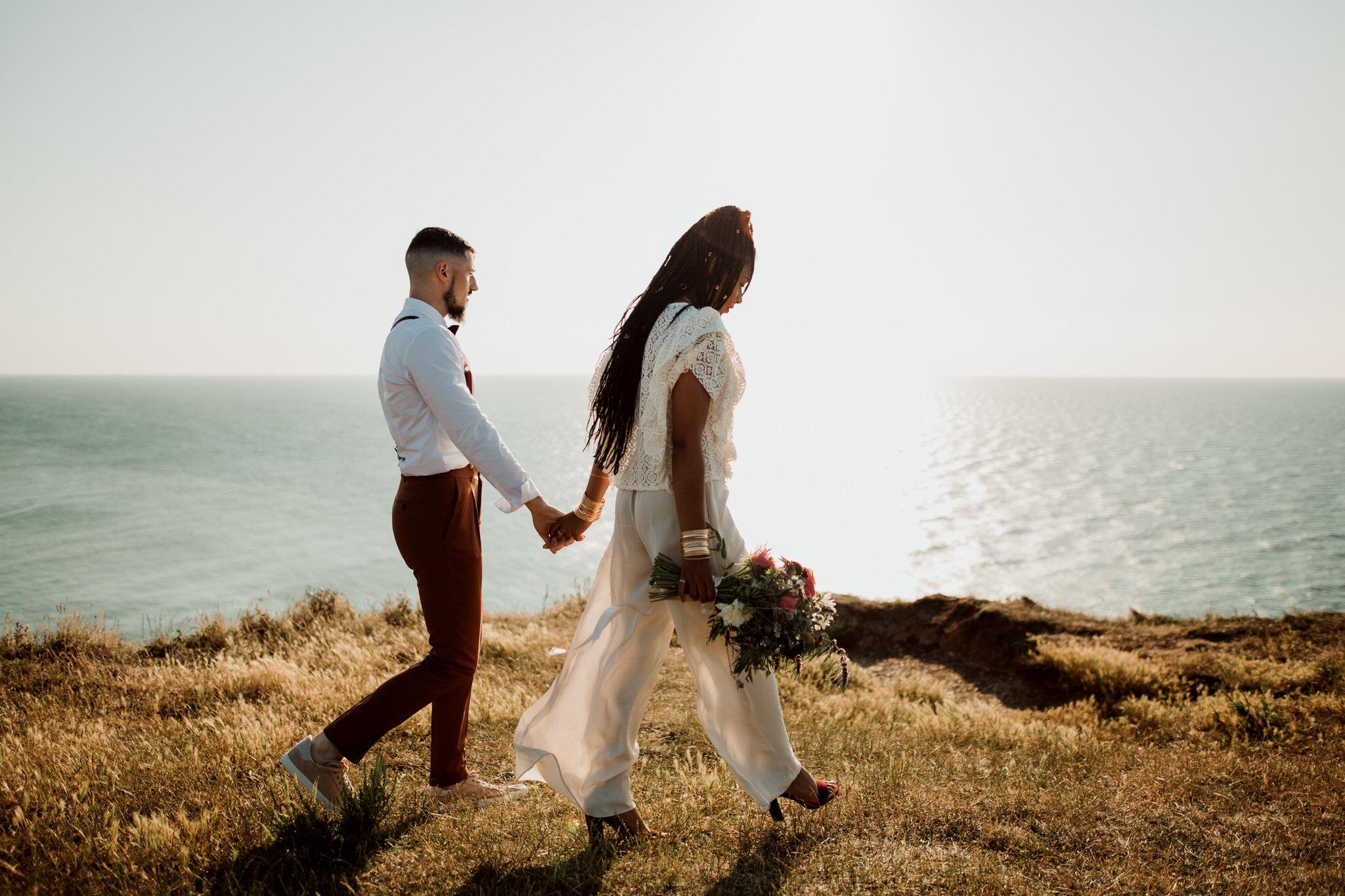 Couple marchant sur les falaises d'etretat lors d'une séance day after