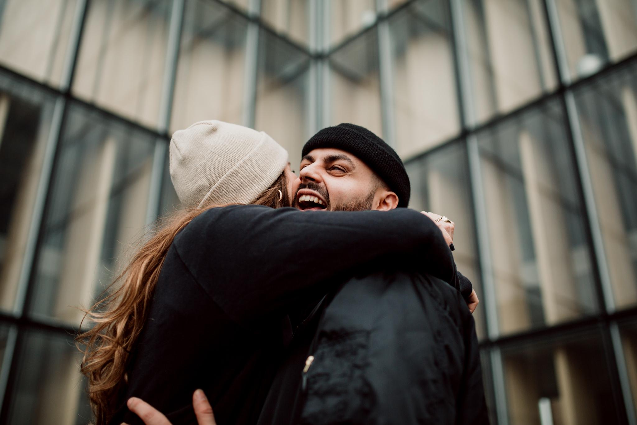 Couple d'amoureux posant à la Bibliotheque Francois Mitterrand à Paris