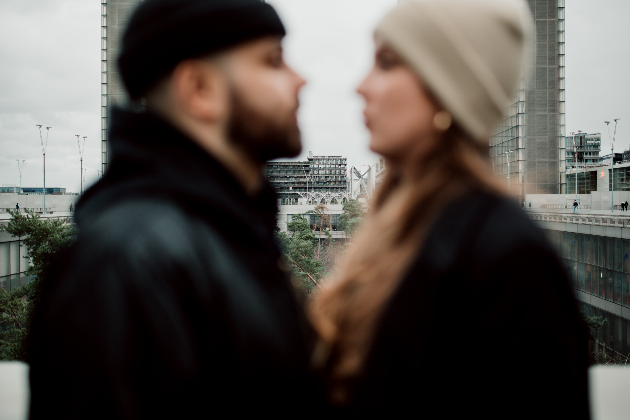 Couple durant une séance photo urbaine à Paris