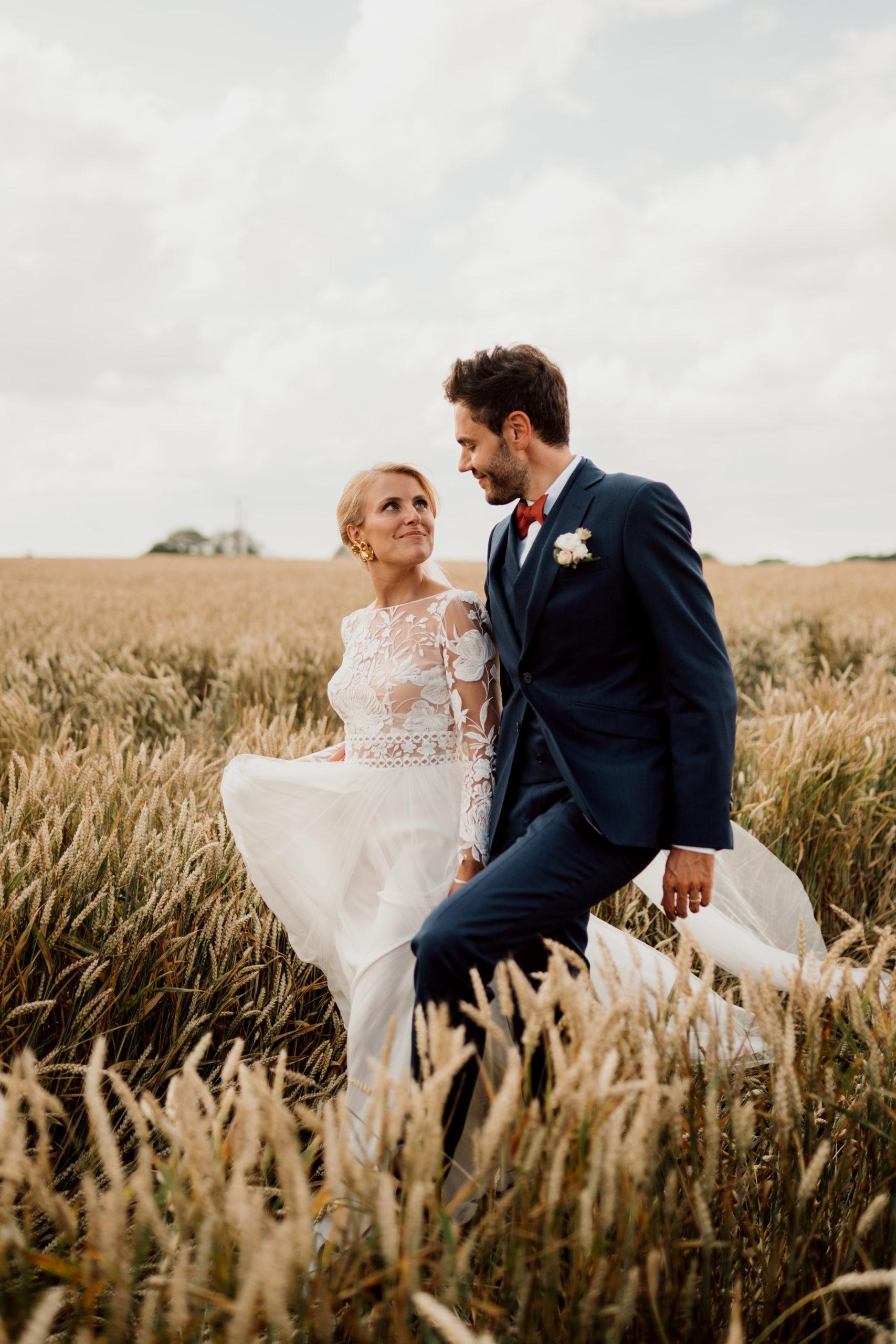 Séance couple dans les champs au Domaine du Haut de Pardaillan